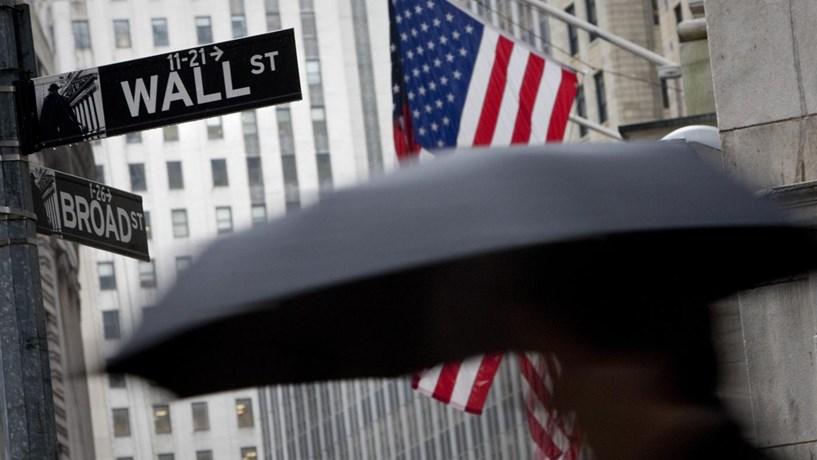 Wall Street inverte para terreno negativo com inflação a ofuscar crescimento