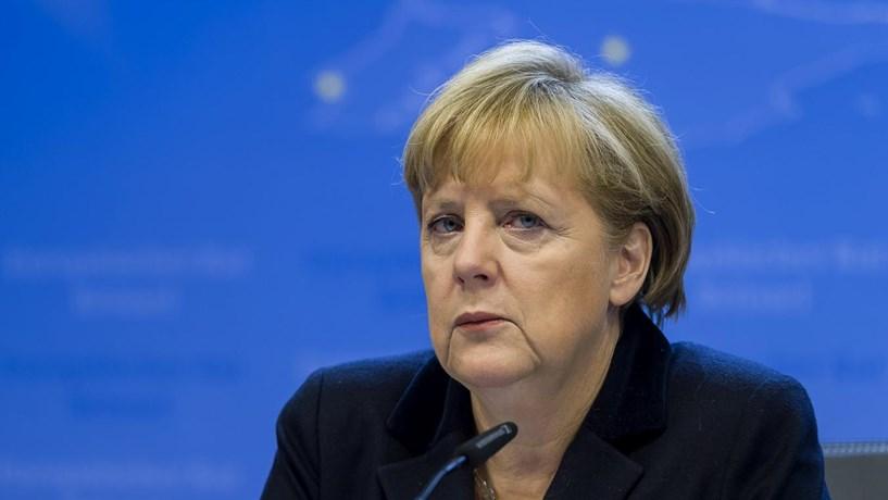 Merkel diz que jovens europeus desempregados devem estar dispostos a viver noutro lado