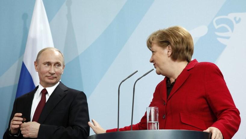 Putin garante a Merkel continuação de fornecimento de gás à Europa