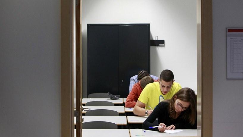 Um terço das escolas com média negativa a Matemática no exame do 12.º
