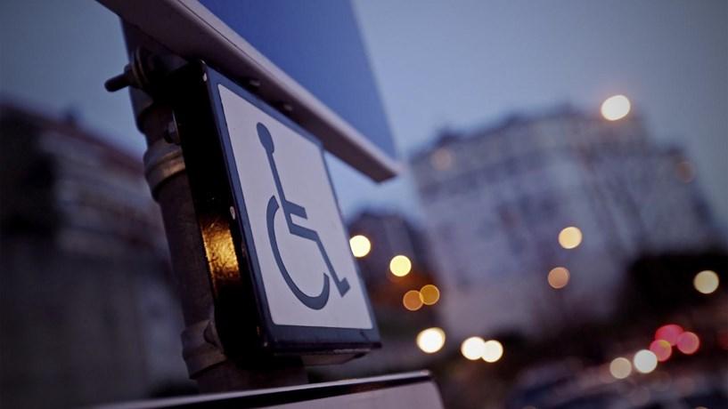 Estacionar em locais para deficientes tira dois pontos à carta