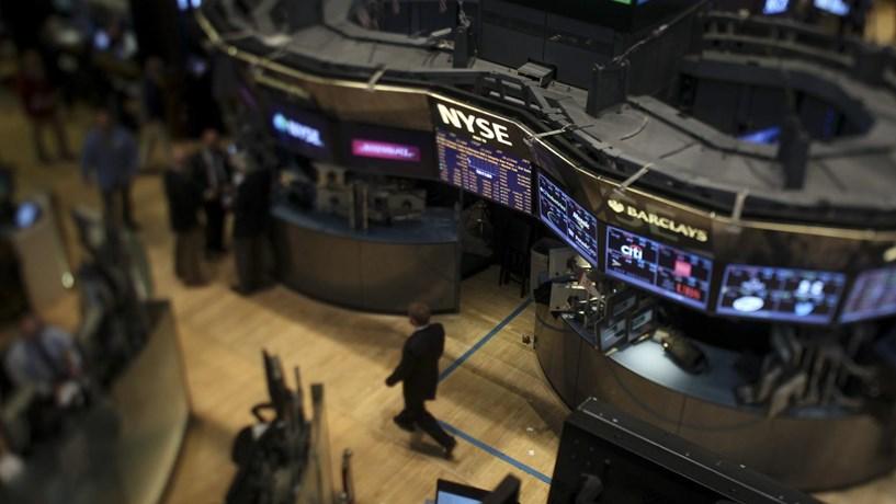 Wall Street cede terreno e reduz maior ganho mensal desde 2011