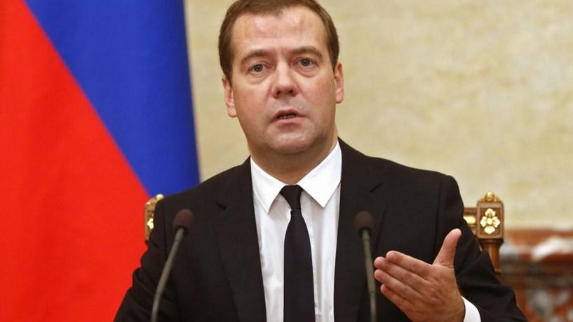 """Medvedev: relações entre a Rússia e o Ocidente entraram numa """"nova Guerra Fria"""""""