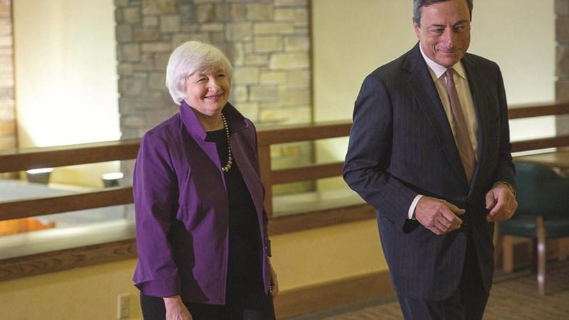 Como preparar a carteira para as direcções opostas da Fed e do BCE?