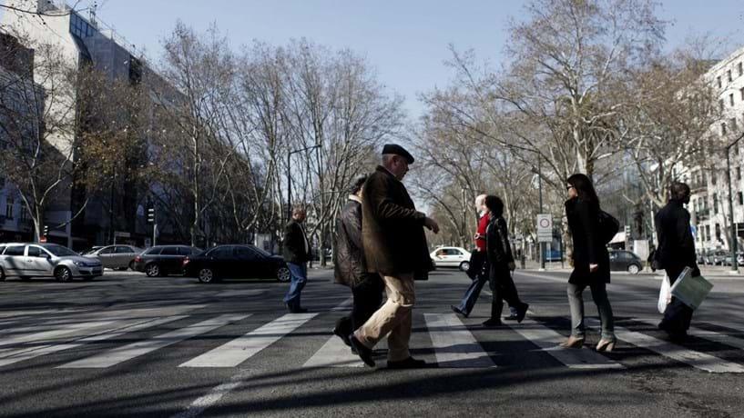 Risco de pobreza cai entre as crianças em 2015, mas aumenta entre os idosos