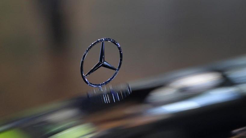 Linhas de montagem da Mercedes-Benz vão trocar robots por pessoas