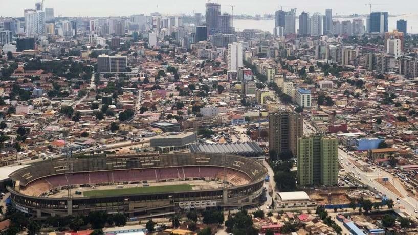 Crise vai deixando prateleiras cada vez mais vazias nos supermercados de Luanda