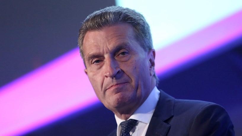 """""""Olhos em bico"""" é ofensivo? Oettinger diz que não mas Pequim não gostou"""