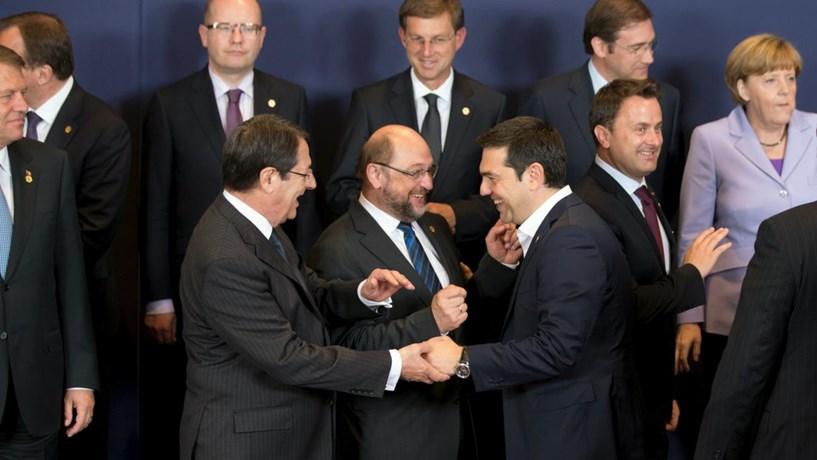 """Tsipras chega a Bruxelas para conversações """"sem ameaças e com respeito"""""""