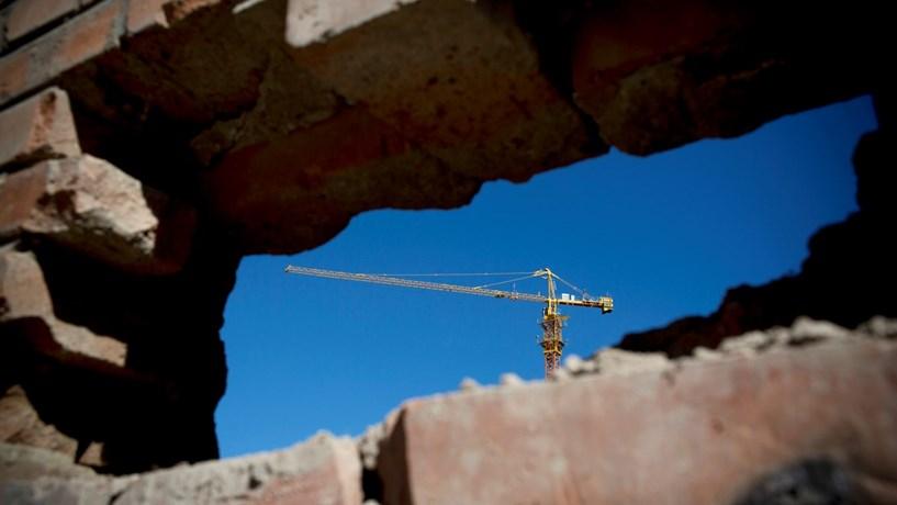 Queda na construção em Portugal contraria tendência europeia