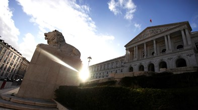 Parlamento avança para redução dos salários dos reguladores