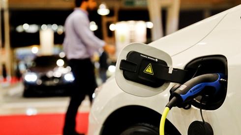 Abastecer carro eléctrico começa a ser pago