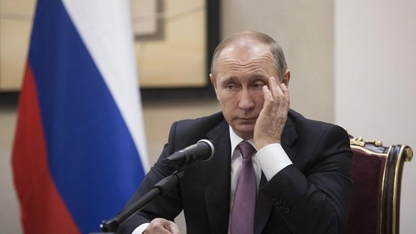 Putin admite possibilidade de congelar ou cortar produção de petróleo