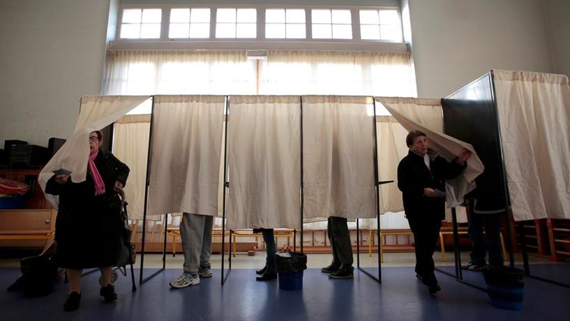 Afluência às urnas em França abaixo das votações de 2007 e 2012