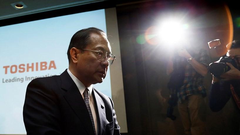 Crise da Toshiba acentua-se com perdas de 5,6 mil milhões nos activos. Acções afundam