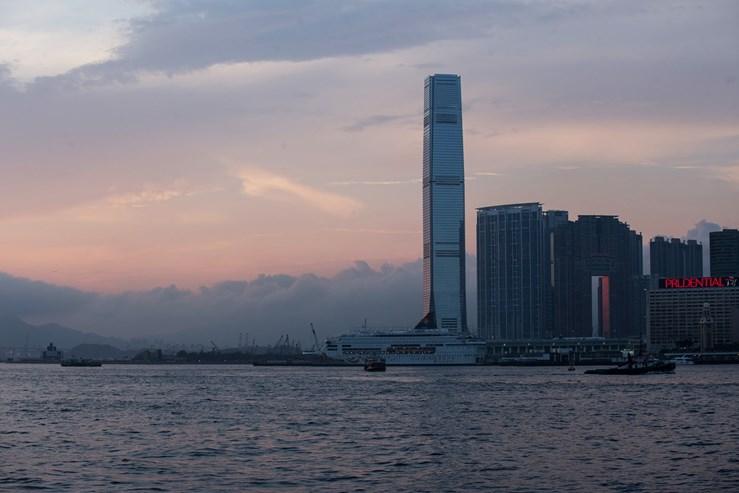 Em Kowloon, em frente a Hong Kong, na China, impõe-se o International Commerce Centre, o sétimo arranha-céus mais alto do planeta e o quarto maior da Ásia. Ergue-se por 484 metros e 108 pisos.
