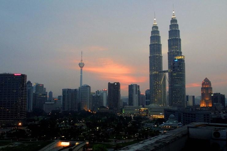 As gémeas Petronas, em Kuala Lumpur, são os mais antigos arranha-céus no top 10 dos mais altos. Concluídas em 1998, tem 451 metros e foram construídas para simbolizar o desenvolvimento da economia da Malásia.