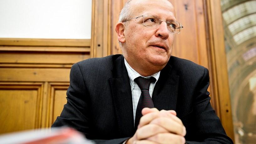 """Santos Silva avisa sobre """"euforia"""" dos resultados e diz que """"restrição orçamental não terminou"""""""