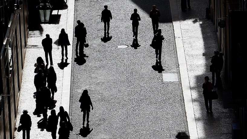 Indicador de poupança melhora mas continua próximo de mínimos