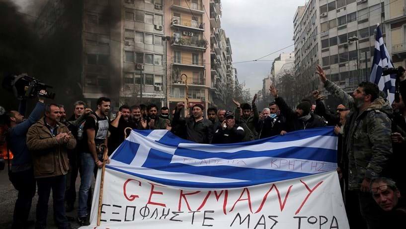 Juros da dívida grega em máximos de Agosto em clima de confrontos, recessão e avisos