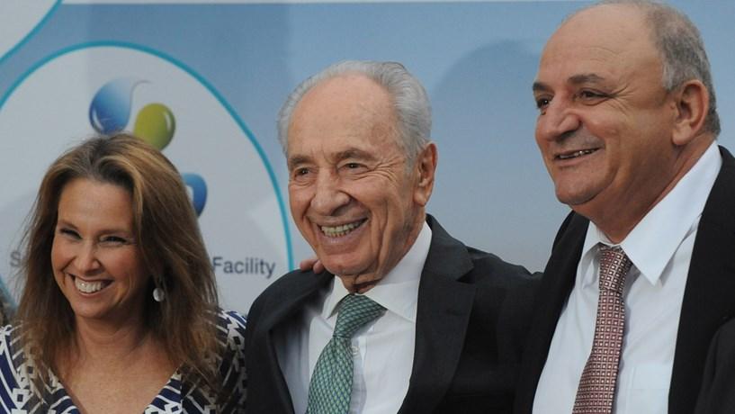 Shari Arison, nesta foto tirada em 2010, com Shimon Peres e Yitzhak Tshuva, do Delek Group. A empresária é  filha de Ted Arison, fundador do grupo Carnival Cruise Lines, uma das maiores empresas de cruzeiros do mundo