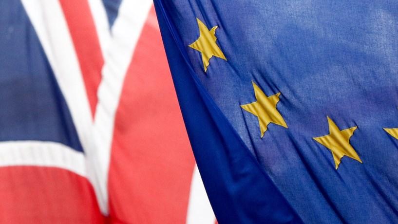 Cinco membros do Governo britânico demarcam-se de Cameron e pedem saída da UE