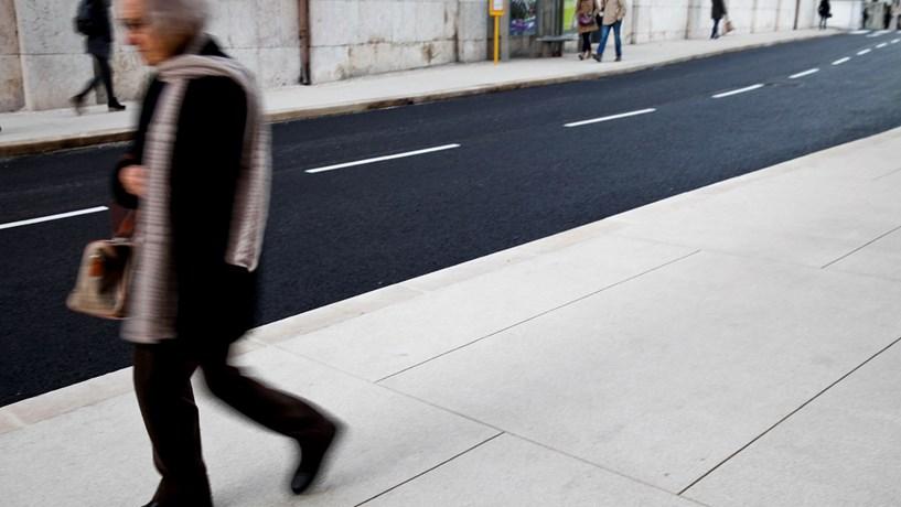 A calçada mudou em Alcântara. E quem lá passa diz que está melhor assim