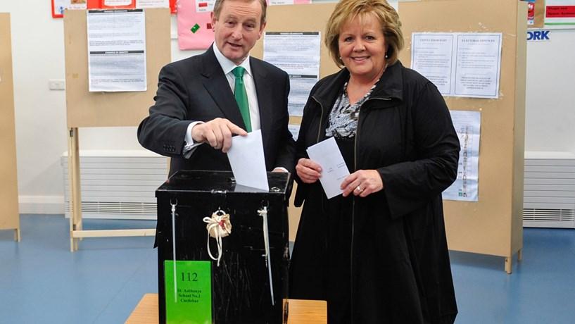 Primeiro-ministro irlandês reconhece derrota da coligação no Governo