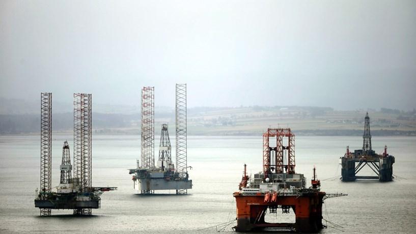 Petróleo cai mais de 2% após Arábia Saudita se excluir de reunião com países externos à OPEP