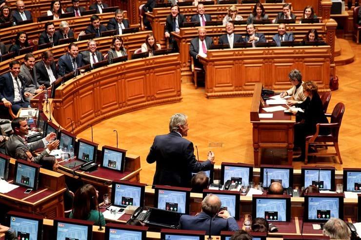 O programa de Governo foi debatido no Parlamento a 2 e 3 de Dezembro e mereceu o apoio de PS, PCP, Bloco e Verdes, que chumbaram a moção de rejeição apresentada pelo PSD e CDS. PAN absteve-se.