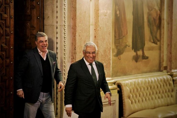 """António Costa estreou-se nos debates quinzenais a 16 de Dezembro de 2015 tendo escolhido como tema a """"reposição de rendimentos"""". Debate ficou no entanto marcado pela polémica em torno do Banif e o papel do Banco de Portugal como supervisor."""