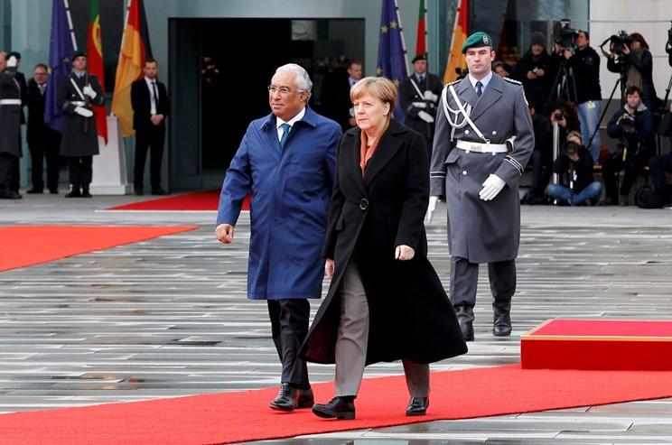 """António Costa visitou Angela Merkel na Alemanha a 5 de Fevereiro, com a crise de refugiados na agenda. No mesmo dia que em Lisboa o Orçamento foi entregue no Parlamento, o primeiro-ministro português garantiu: """"Não vim incomodar a sra. Merkel com o OE português, ela tem o dela para se preocupar""""."""
