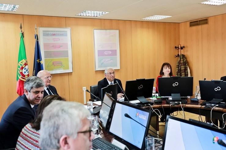 Um dia após a posse, o Governo reuniu-se pela primeira vez em Conselho de Ministros, com António Costa à cabeça e Augusto Santos Silva como número dois.
