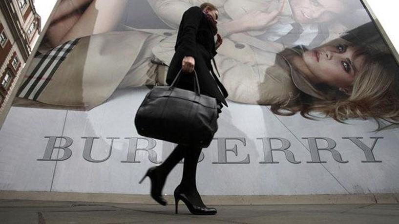 Vendas da Burberry crescem graças à libra mais fraca