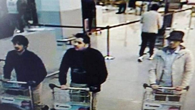 Dos três terroristas captados pelas câmaras do aeroporto um, o de chapéu, continua a ter identidade desconhecida e está a monte.