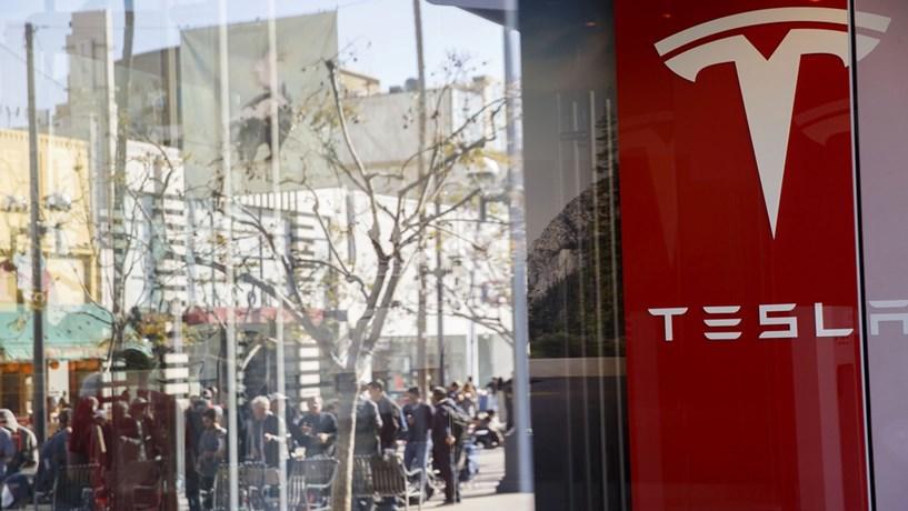Tesla regista lucros pela primeira vez em oito trimestres