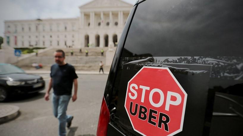Uma lei, três posições. O que separa taxistas, Uber e Governo?