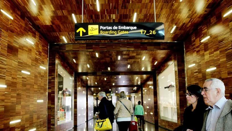 Passageiros afectados por falha no Aeroporto de Lisboa devem fazer queixa à companhia