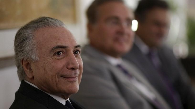 Deputado formaliza pedido de destituição de PR brasileiro Michel Temer