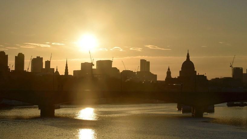 Executivo de construtora britânica detido por suspeita de suborno