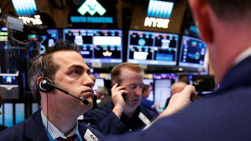 Maus resultados da Apple e petróleo atiram Wall Street para o vermelho