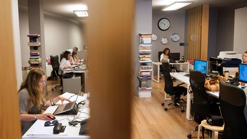 Homens trabalham mais três anos do que as mulheres