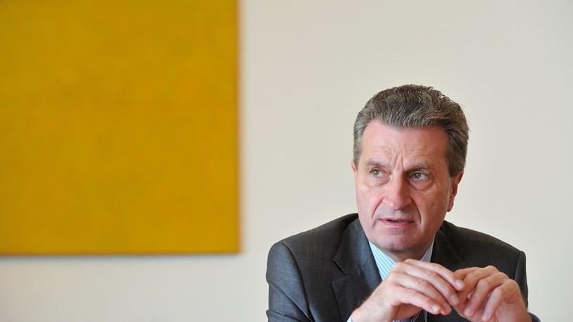 """Günther Oettinger: """"Temos todos de evitar um debate sobre um segundo resgate"""""""