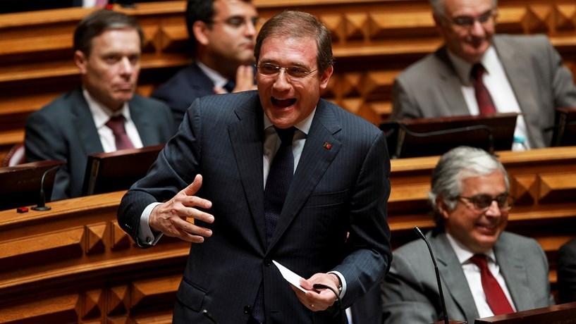 """Passos Coelho acusa Governo de """"embuste"""" por tornar austeridade permanente"""