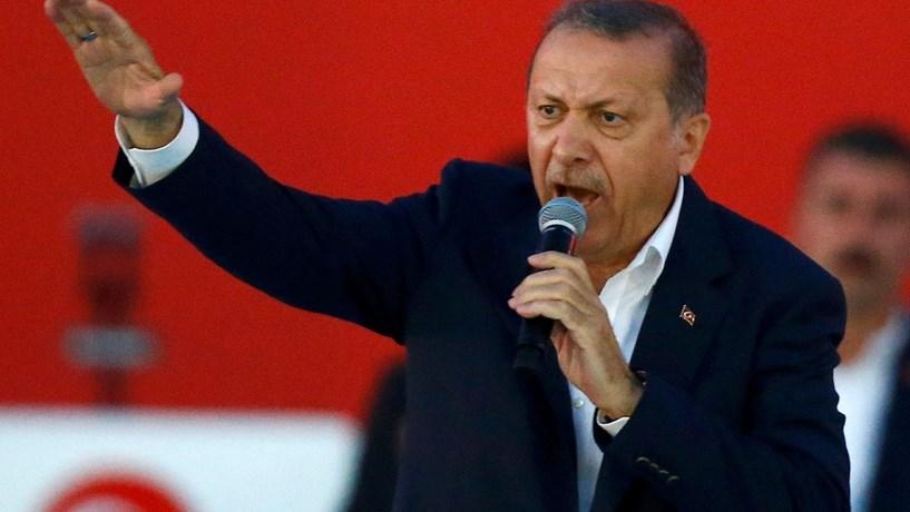 Governo turco afasta mais 15 mil funcionários