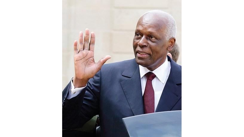 José Eduardo dos Santos sai e abre a porta da incerteza