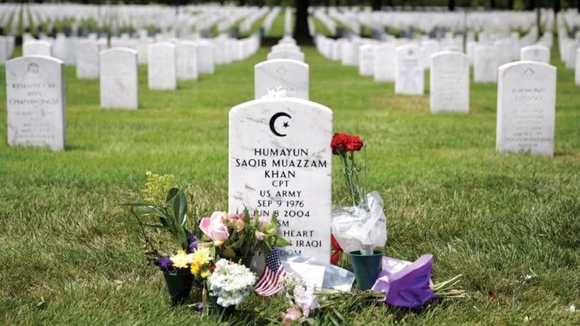Num cemitério repleto de cruzes e estrelas de David, a campa de Humayun Khan destaca-se das outras. Outros 13 muçulmanos já morreram a combater pelos Estados Unidos  desde o 11 de Setembro.
