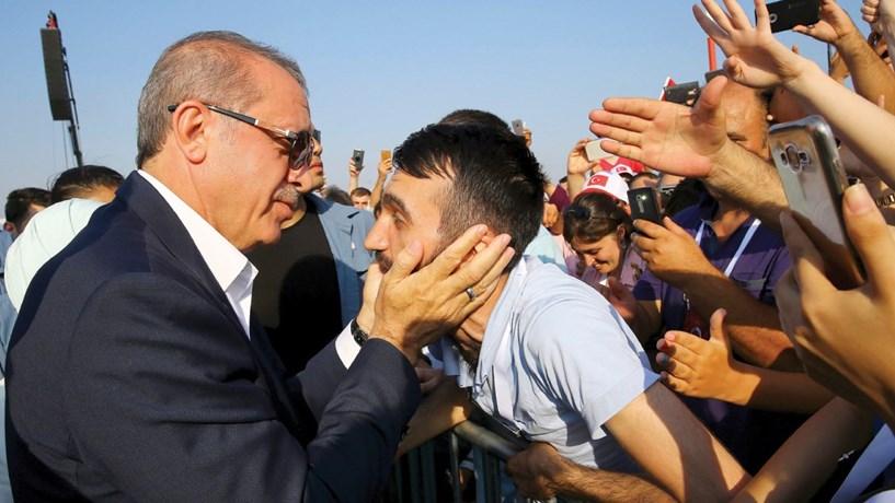 Presidente turco ameaça abrir fronteiras aos refugiados que querem entrar na Europa