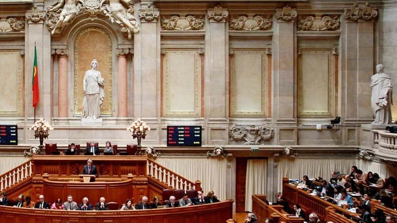Novo imposto, acesso aos depósitos e economia: tudo sobre as polémicas hoje no Parlamento
