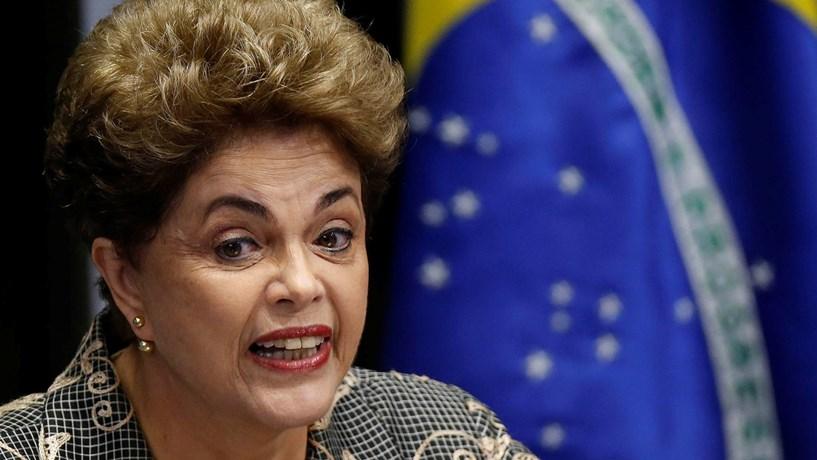 """Dilma sai pela porta dos fundos: A 31 de Agosto, Dilma Rousseff foi definitivamente destituída da Presidência, após 61 dos 81 senadores (bastavam 54 votos) a considerarem culpada de crimes de responsabilidade na gestão das finanças do Brasil. No mesmo dia tomou posse o seu """"vice"""", Michel Temer (PMDB), que desde Maio ocupava interinamente o cargo. Em votação separada, o Senado decidiu, porém, que a líder do PT não ficará impedida de ocupar cargos públicos durante oito anos, como sucedera em 1992 com Collor de Mello."""